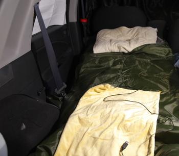 K12_車中泊モード2寝袋とUSBひざ掛け.jpg